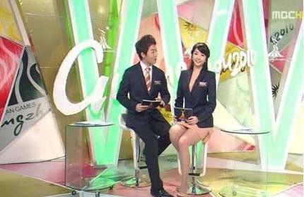 韩国亚运女主播穿肉色连衣裙