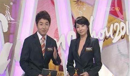 韩国女主播肉色衣_韩国女主播穿肉色衣播报 盘点各国女主播大胆穿衣-搜狐传媒