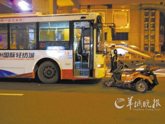 残疾人车逆行撞公交车 三轮车上三人受伤