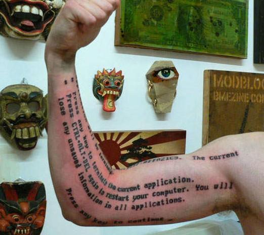 """在其身上纹上了和自己胸前纹身相同的拉丁文文字""""及时行乐""""."""