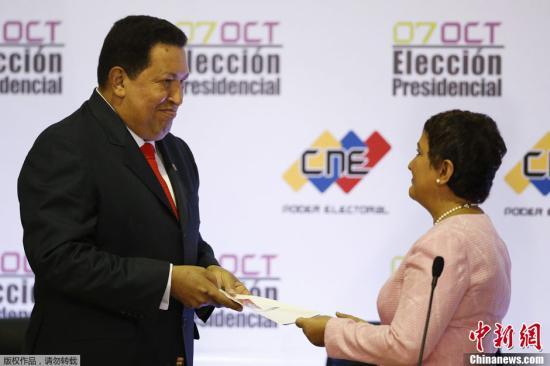 资料图:当地时间2012年10月10日,委内瑞拉加拉加斯,委内瑞拉全国选举委员会正式宣布任命查韦斯左为下届委内瑞拉总统,任期为2013年至2019年,并为他颁发了证书。