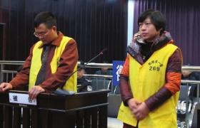 12月10日,衡阳市中级人民法院,顾湘陵(左)和妻子吴利君当庭接受庭审。图/通讯员李建辉