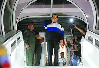 12月10日,在委内瑞拉首都加拉加斯的西蒙・玻利瓦尔机场,委内瑞拉总统查韦斯向支持者致意。