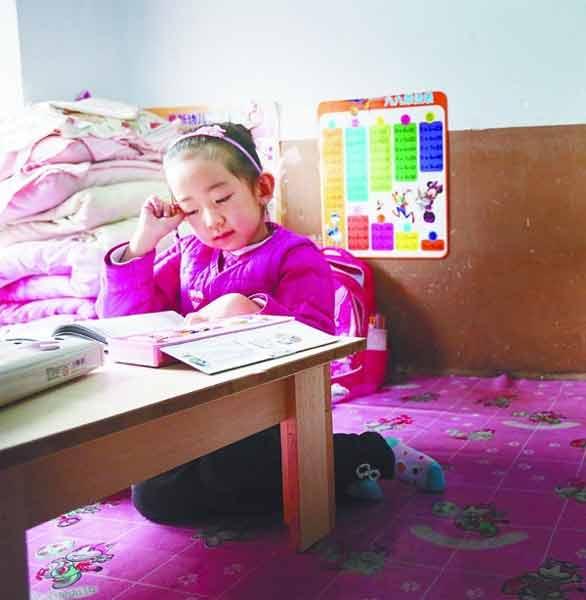 7岁女孩罹患罕见肌肉萎缩 妈妈每天抱着去上学