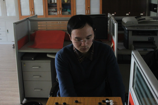 谢赫在棋盘上研究比赛