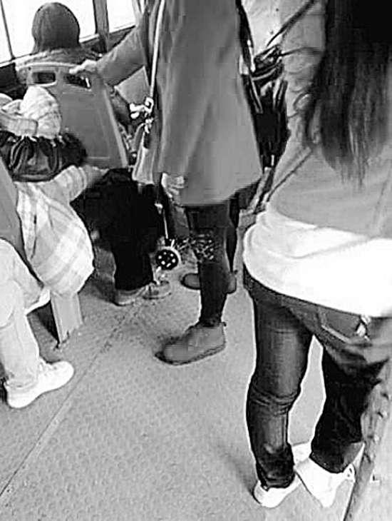 残疾女孩让座拄拐而立 乘客视而不见无人让座