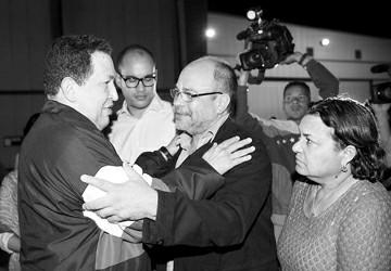 图片说明:10日,委内瑞拉总统查韦斯左在委内瑞拉迈克蒂亚机场与送行人员道别。新华社发