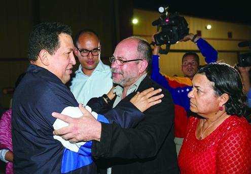 在赴古巴治疗之前,查韦斯在机场与民众告别