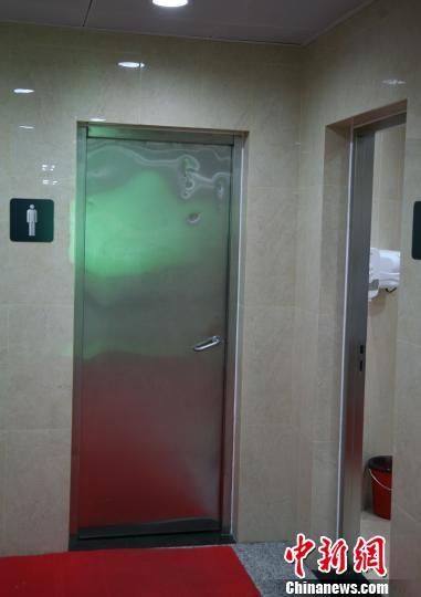 杭州地铁一号线打铁关站C1出口处男厕杜倩摄