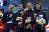 图文:短池世锦赛女子4x200自 美国队展示金牌