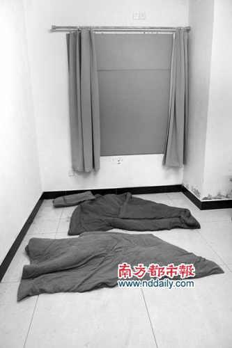 """在重获自由后,周文召重返""""大安收费站"""",看到房间地上遗留的被子。"""