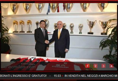 图为AC米兰俱乐部副主席加利亚尼在球队总部的奖杯陈列室与刘永灼握手庆祝(AC米兰官网截图)