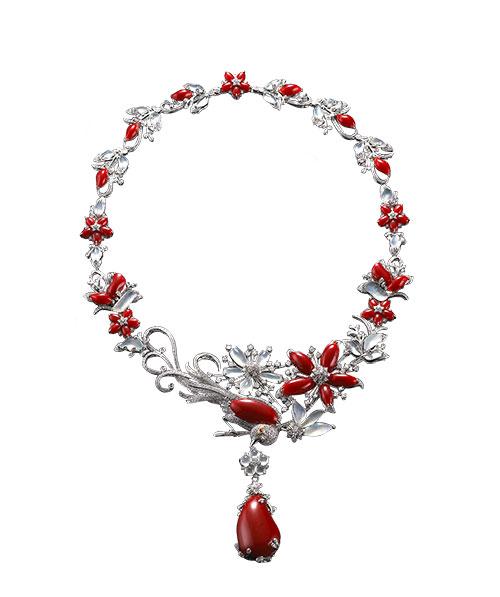"""""""中国珠宝""""推出的""""文学珠宝""""系列新品包含十大类,共64件作品,分别由台湾著名珠宝设计师黄湘晴女士、杨忠雄先生设计。"""