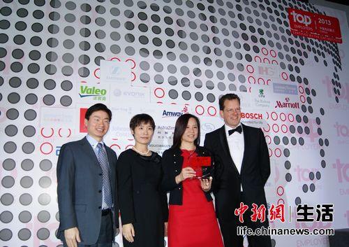 CRF Institute全球CEO David Plink (右一)为麦当劳中国颁发2013中国杰出雇主奖杯(右二为麦当劳中国首席人员官林慧蓉)