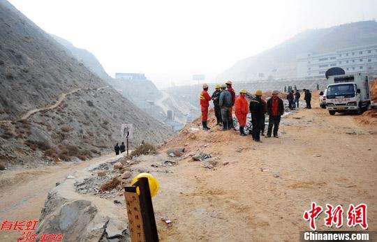12日14时30分,兰渝铁路LYS-7标桃树坪隧道3号斜井重庆方向掌子面发生流沙坍塌,压塌初支拱架,导致5名施工人员被困。中新社发 杨艳敏 摄