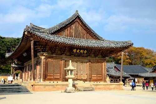 """韩国三大寺庙之一""""通度寺""""的大雄宝殿全景。不供奉佛像是这里的特征之一。"""