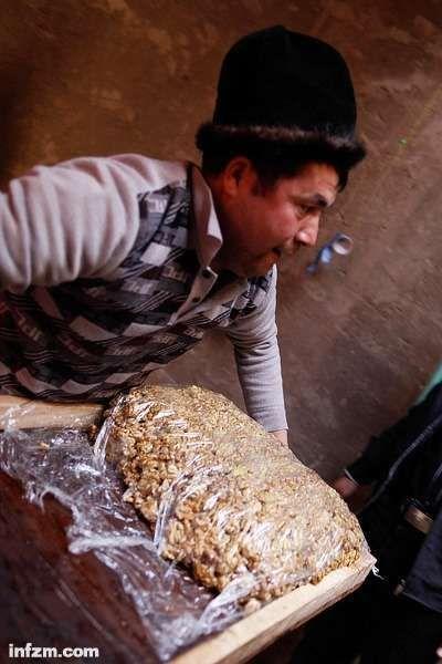 兰阿不拉江把制作好的切糕搬上平板车,他这一次制作的这块切糕在14公斤左右。按喀什市场的价格,每公斤90元计算,一大块切糕的价格在1200元左右。(南方周末记者张涛/图)
