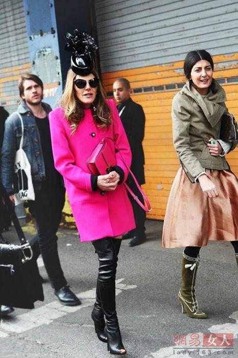 粉色呢子大衣和拎包搭配过膝长靴