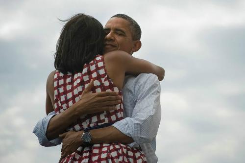 当地时间11月7日,奥巴马成功连任后拥抱米歇尔。