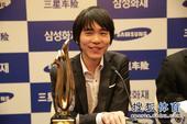 图文:三星杯赛后颁奖仪式 李世石笑得很开心