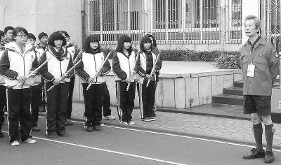 来自台湾的老童子军陈荣哲为学生们演讲。记者李少文 摄