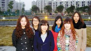 救助产妇的六名女大学生(图片由受访者提供)