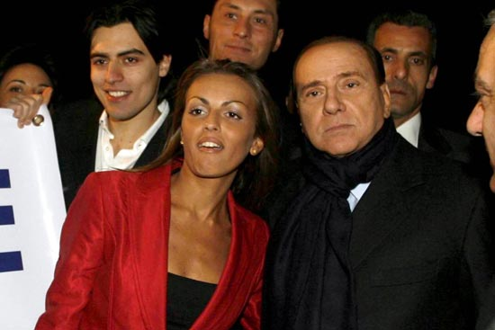 贝卢斯科尼与27岁的新女友帕斯卡尔(左)。