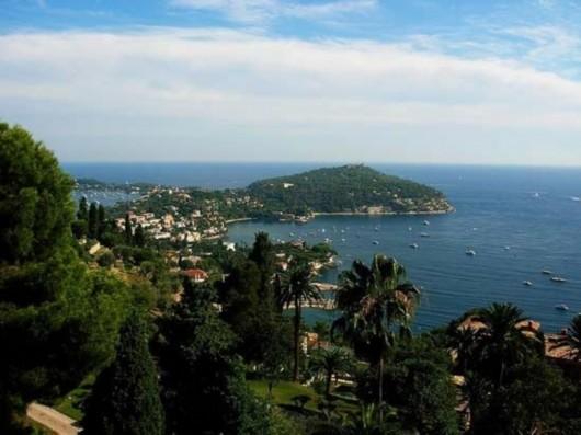 法国《焦点》杂志报道说,世界财富报告的结论是这个小村堪称世界第一贵村庄。据统计,该村的平均房价从2000年到2008年就涨了10倍,目前房价为每平方米3万欧元以上。