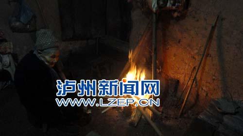 儿子自家堂屋挖坑扬言埋母   11月30日,合江县五通镇派出所所长陈有全图片