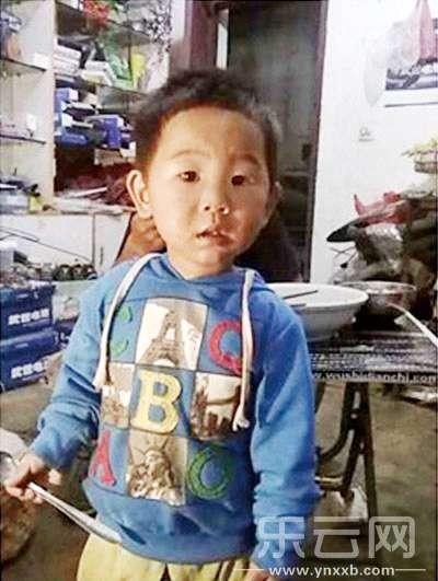 网帖中发出了受害男童生前照片。