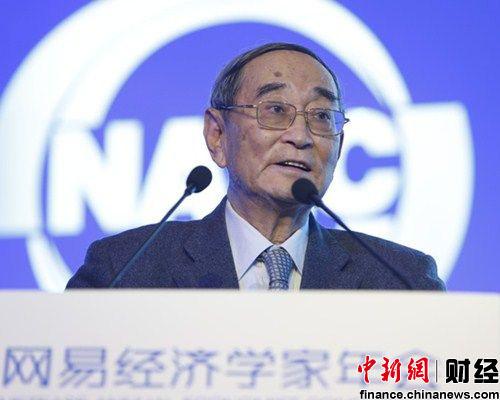 2013网易经济学家年会今日(14日)在北京举行,著名经济学家厉以宁发表题为《民富推动改革 改革促进民富》的主体演讲。