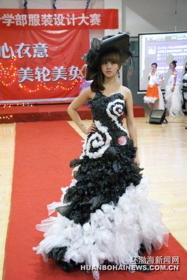 唐山:大学生自行设计展示环保时装秀(组图)图片