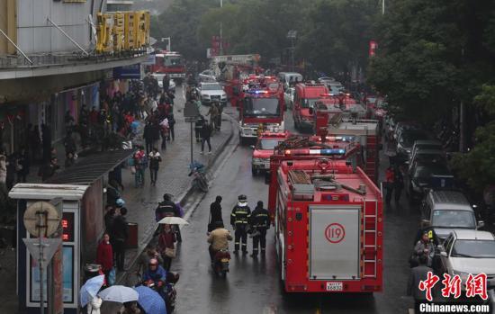 武汉一商场地下室突发火灾 无人员伤亡