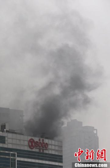 2012年12月14日13时许,武汉市汉口解放大道旁的武汉庄胜崇光SOGO百货发生火灾。CFP视觉中国