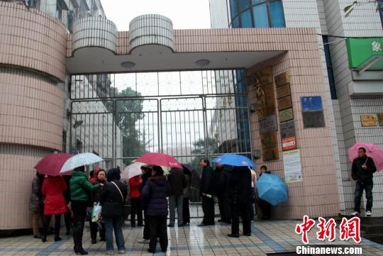 11日以来,湖北省荆门市东宝区象山小学陆续有学生进入当地医院接受治疗。学校正常上课,记者采访遭拒,不得入内。 吴奇勇 摄