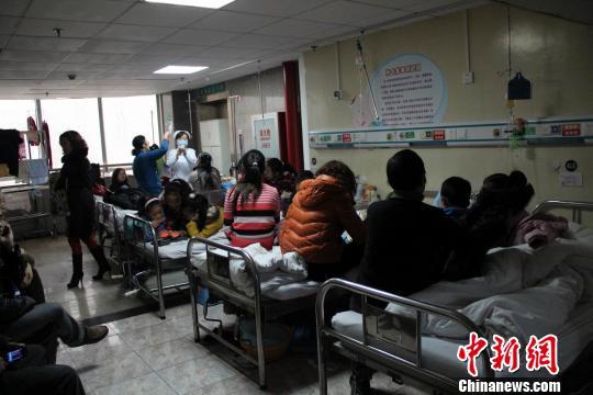 11日以来,湖北省荆门市东宝区象山小学陆续有学生进入当地医院接受治疗。医院一时人满为患。 吴奇勇 摄