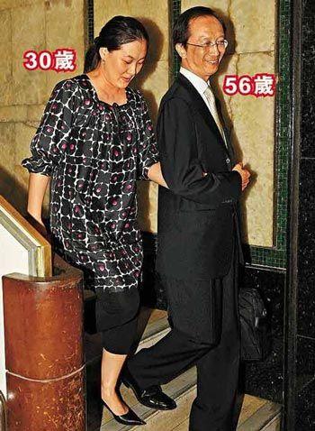 伏明霞和梁锦松年龄差距成为媒体关注的焦点