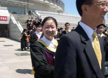 毕业典礼上,伏明霞笑容满面