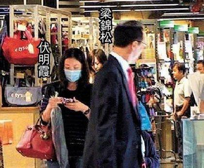 伏明霞拎名牌包,和老公在超市购物
