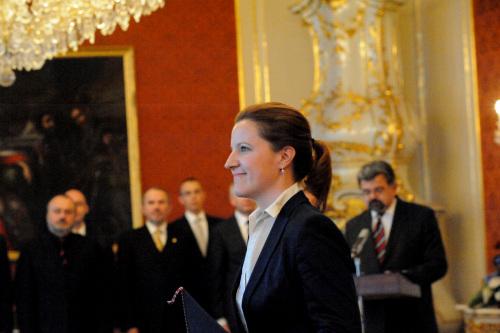 捷克新任女国防部长卡罗琳娜・皮克12月12日下午在布拉格城堡从总统手中接过任命书之后意气飞扬。(摄影:黄频/中欧社)