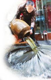 酒铺老板因遭疑酒被下药当街倒掉3千斤白酒