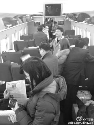 网友发微博抱怨:高铁晚点人又多 网络图片