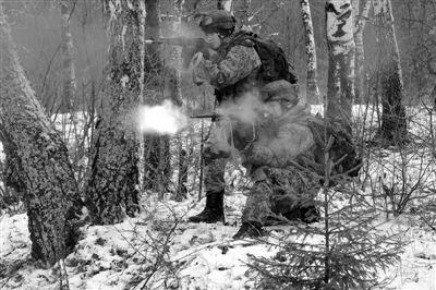 11月2日,莫斯科地区,俄罗斯军人在冬季演习中测试新式军服和装备,普京在今年8月允诺今后10年拨款约7200亿美元,用于军备更新和军工现代化。