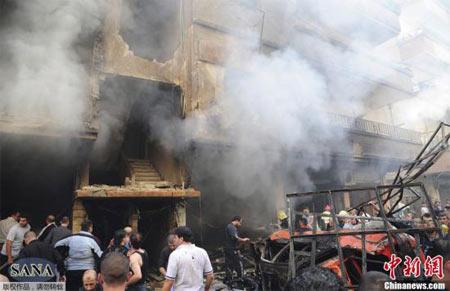 当地时间10月29日,叙利亚阿拉伯通讯社(SANA)发布的照片显示,叙利亚大马士革再次发生汽车爆炸袭击事件,当地民众聚集在事故现场。据悉,这次爆炸导致至少11人死亡,多人受伤。
