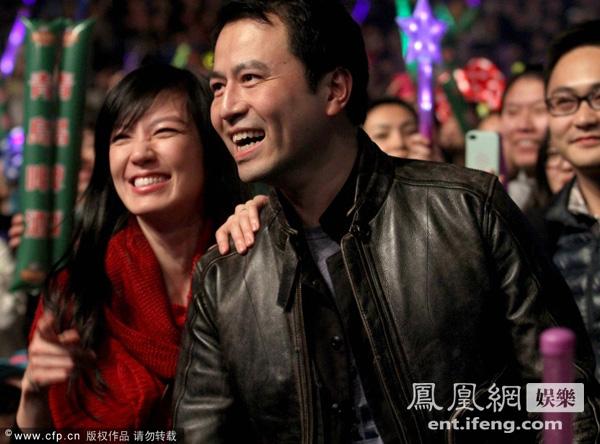 林熙蕾携富豪老公看演唱会 观众区搂脖亲吻(图