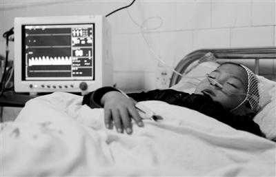 12月14日,被砍受伤的小学生魏翔正在病房里休息。 新华社记者 李博 摄