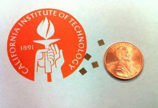 这种新型的、能够发射太赫兹电磁波的芯片与硬币的大小比较。
