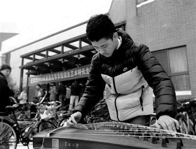 昨日,2013年艺术特长生统一测试在清华大学举行,学了九年古筝的考生于嘉麟在考场外调音练琴。实习生 王政显 摄