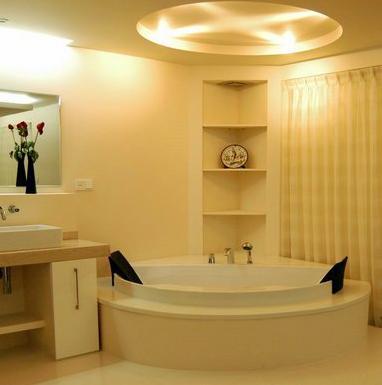 小浴室装修效果图:简约格调的小浴室设计,暖黄色系让空间很是温馨