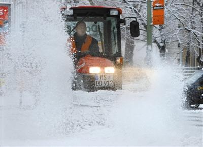12月6日,环卫工人在德国柏林街头除雪。当日,德国首都柏林降下今年入冬以来最大的一场雪。